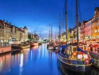 Spazieren Sie durch den Hafen Nyhavn, entlang der Flaniermeile.
