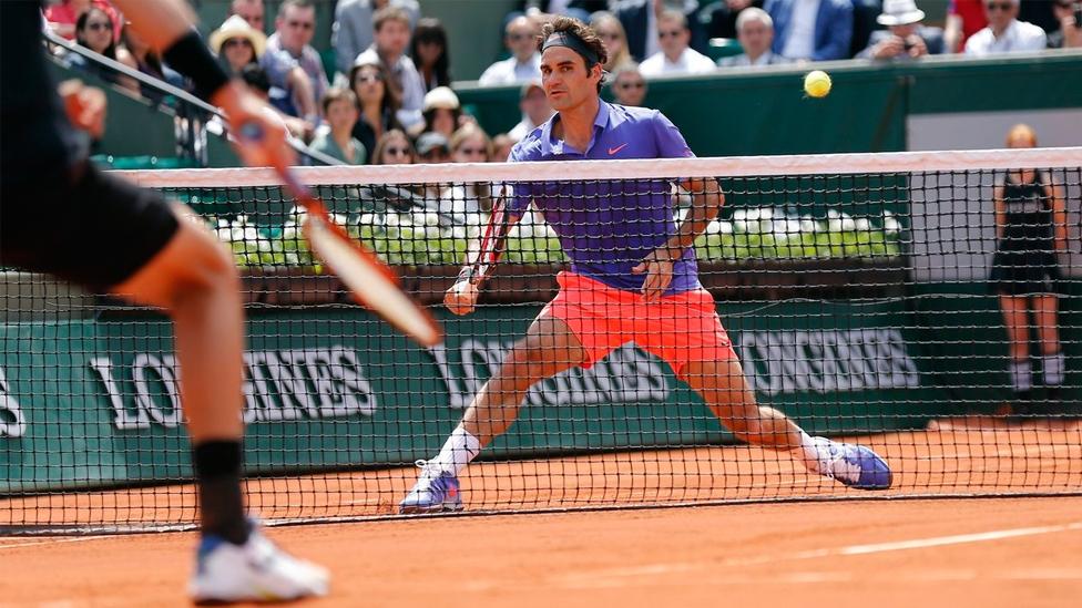 Roger Federer auf dem Centre Court Philippe Chatrier bei den French Open in Paris - Roland Garros