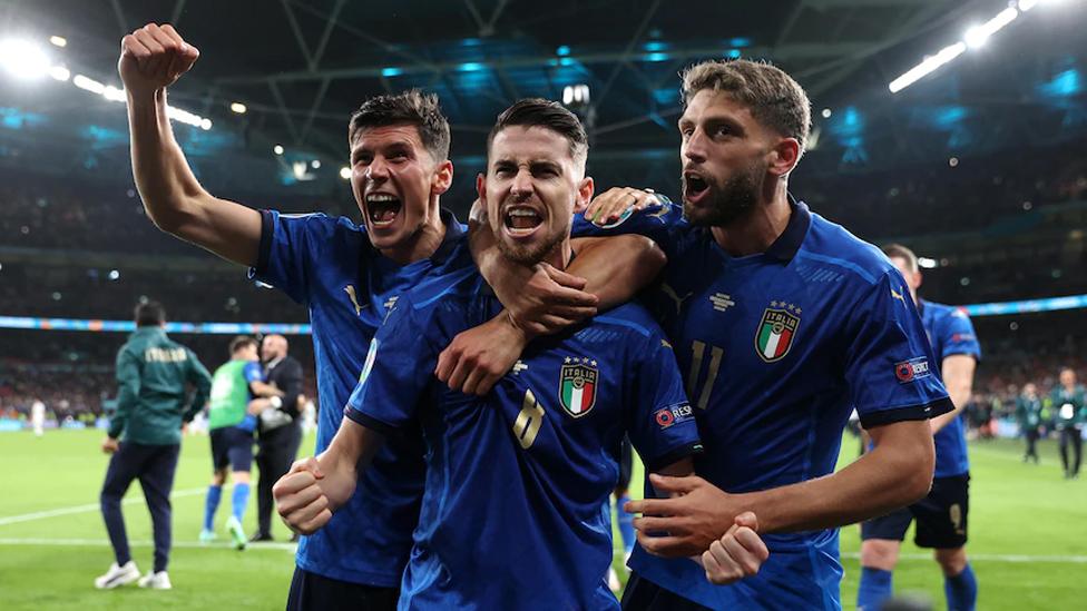 Die Squadra Azzurra bejubelt den Titelgewinn.